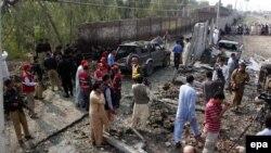 Пәкістан полициясы жарылыс болған жерді зерттеп жүр. (Көрнекі сурет)