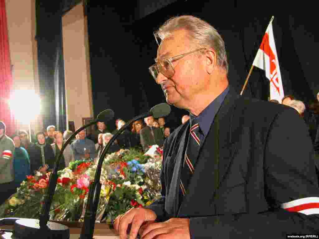Генадзь Бураўкін падчас разьвітаньня з Васілём Быкавым. Дом літаратара. Менск, 25 чэрвеня 2003
