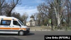 Ambulanță pe fundalul Catedralei din Chișinău, în plina pandemie de coronavirus și în prima stare de urgență. 10 aprilie 2020