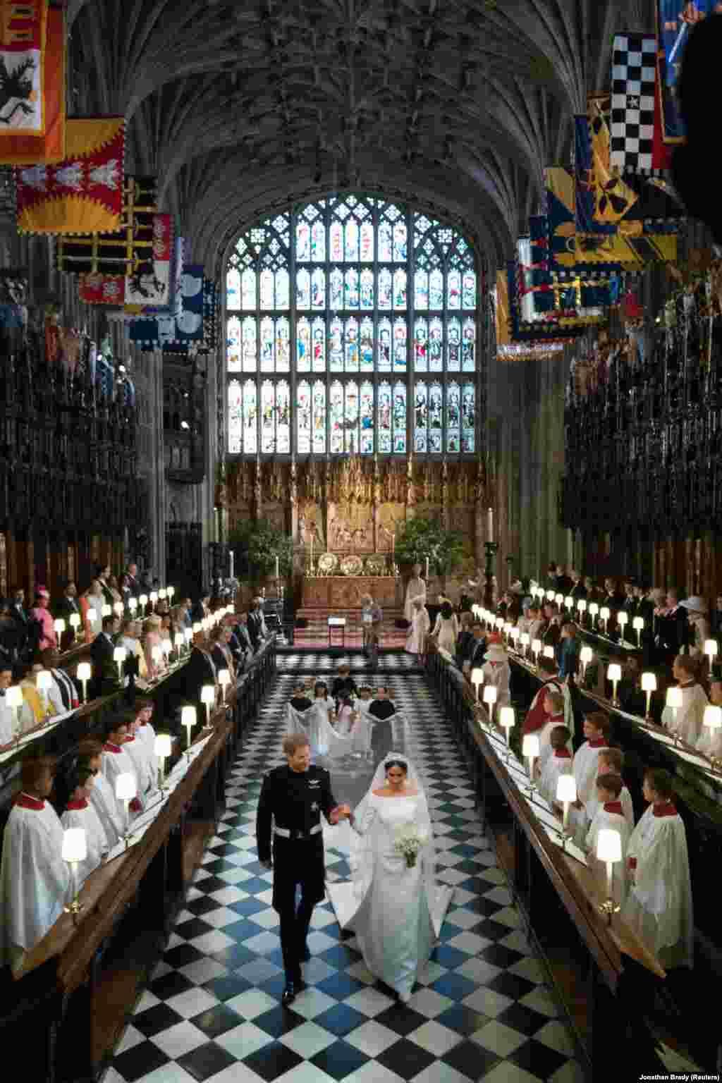 Принц Гарри и Меган Маркл выходят из церкви Св. Георгия.