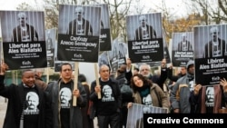 Акція на підтримку Олеся Беляцького біля білоруського посольства у Парижі, жовтень 2011 року