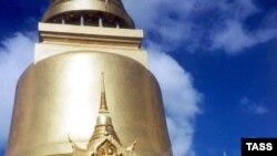 «Священная ступа светится в ночи, к ней приходят даже кошки и собаки». Ступа в королевском дворце в Бангкоке.