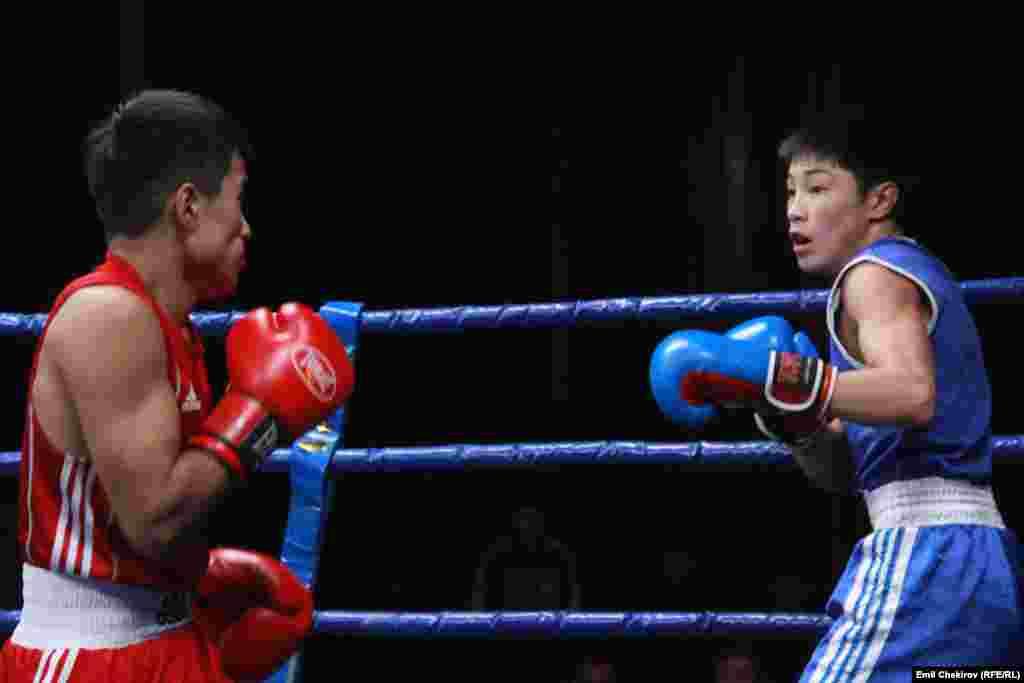 Поединок в весовой категории до 49 килограммов между боксерами Мирланом Туркбаем уулу (в красном) и Исланом Сергек уулу (в синем).
