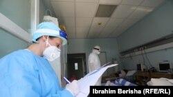 Punëtorët shëndetësorë në Klinikën Infektive të QKUK-së, duke trajtuar pacientët me COVID-19. Foto nga arkivi.