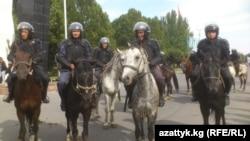 Атчан милиционерлер аянтта. Бишкек, 3-октябрь, 2012.