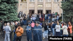 ARMENIA -- Supporters of Prime Minister Nikol Pashinian block the entrance to the Constitutional Court building in Yerevan, May 20, 2019.