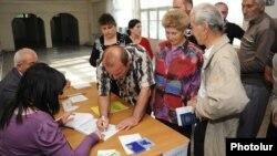 На одном из избирательных участках Еревана (архив)