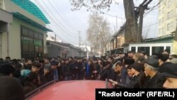 Шаҳрвандони Тоҷикистон паси дари намояндагии Идораи муҳоҷирати Русия дар Душанбе