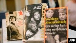 Переведенные на разные языки мира книги Светланы Алексиевич. Стокгольм, 8 октября 2015 года.