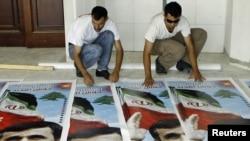 حامیان محمود احمدی نژاد در حال تدارک پوسترهای وی در شهر طیره واقع در جنوب لبنان
