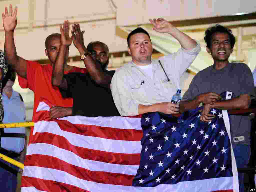 Команда американского контейнеровоза Maersk Alabama отмечает освобождение своего капитана Ричарда Филлипса из пиратского плена
