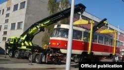 Вантаження трамваїв для відправки до Харкова