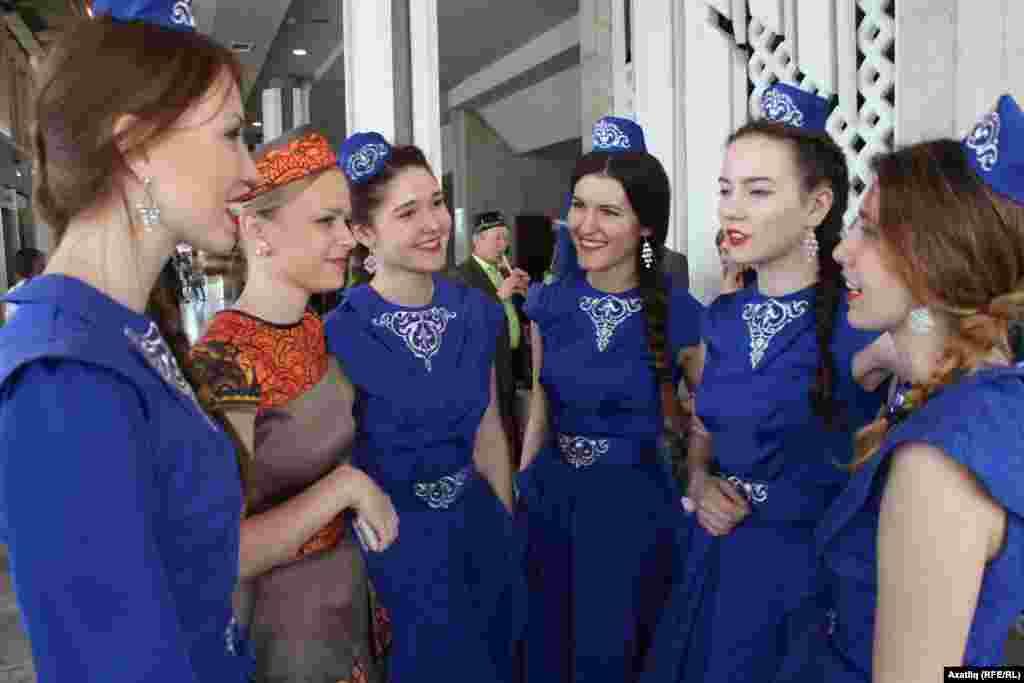 Форумның пленар утырышы алдыннан татар кызлары фикер алыша