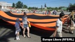 Жители города Тирасполь отмечают День Победы.