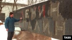 Каменная плита с Мавзолея, установленная на нем после смерти Сталина, сейчас хранится на заводе в Долгопрудном под Москвой