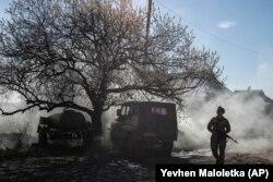 Украинский солдат несет службу в районе линии разграничения в Донецкой области
