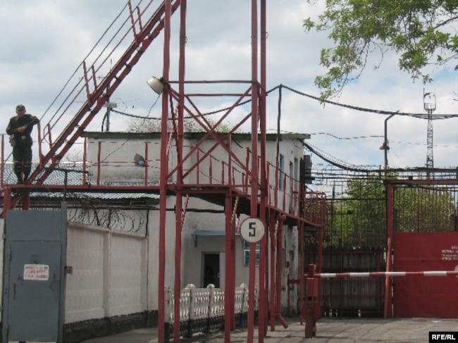 У ворот тюрьмы AK 159/6 в поселке Долинка Карагандинской области. 21 мая 2010 года.