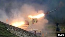 Залп зь цяжкай агнямётнай сыстэмы на выставе зброі ў Ніжнім Тагіле Russia Arms Expo, 2015 год