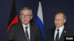 Ýewropa Komissiýasynyň başlygy Jean-Klaude Junker (ç) we Orsýetiň prezidenti Wladimir Putin (s)
