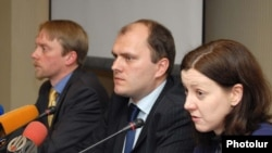 Armenia - EBRD representatives at a press conference in Yerevan, 16Feb, 2010