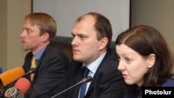 Представители ЕБРР на пресс-конференции, Ереван, 16 февраля 2010 г.