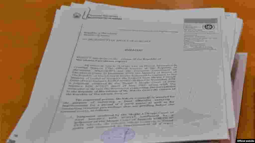 МАКЕДОНИЈА / УНГАРИЈА - Осудениот поранешен премиер Никола Груевски, кој избега од државата, во интервју за италијанската национална телевизија РАИ вели дека пред да избега писмено побарал помош од челниците од ЕУ и од други европски функционери да испратат пензиониран судија кој ќе ги прочита документите според кои го обвинуваат во делото за набавка на мерцедес за кое е и осуден. Но, како што вели, не добил одговор на неговото барање.