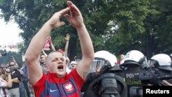 Польский футбольный фанат во время марша российских болельщиков 12 июня 2012 г в Варшаве