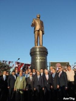 Яке аз ҳайкалҳои сершумори Ҳайдар Алиев