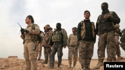 Группа вооруженных противников Асада под Раккой.
