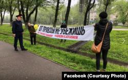 Асия Тулесова и Бейбарыс Толымбеков с плакатом «От правды не убежишь. За справедливые выборы».