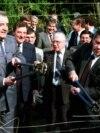 Ministrul de externe ungar Gyula Horn și omologul său austriac Alois Mock taie sârma ghimpată de la granița comună, 27 iunie 1989