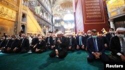 Թուրքիայի նախագահ Ռեջեփ Էրդողանը (կենտրոնում) և բարձրաստիճան պաշտոնյաները Սուրբ Սոֆիայի տաճարում նամազի ժամանակ, Ստամբուլ, 24-ը հուլիսի, 2020թ.