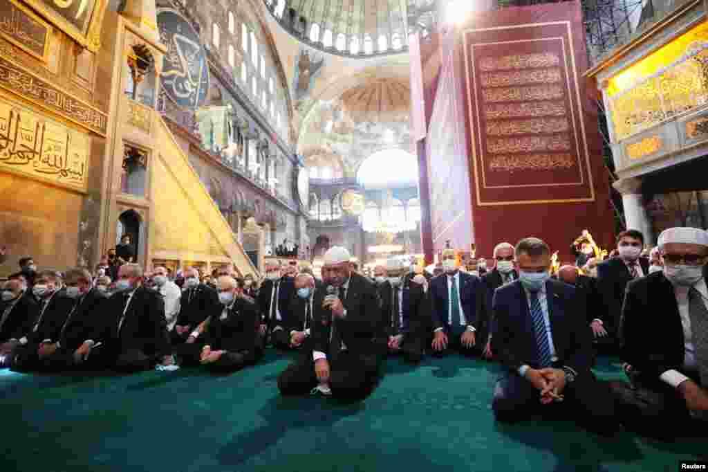 Президент Реджеп Тайїп Ердоган і його оточення також приїхали на п'ятничну молитву