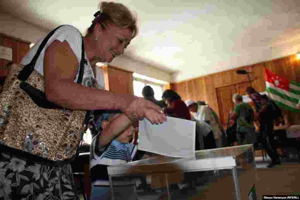 Жители Сухуми голосуют на одном из участков