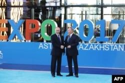 Ресей президенті Владимир Путин (сол жақта) және Қазақстан президенті Нұрсұлтан Назарбаев. Астана, 9 маусым 2017 жыл.