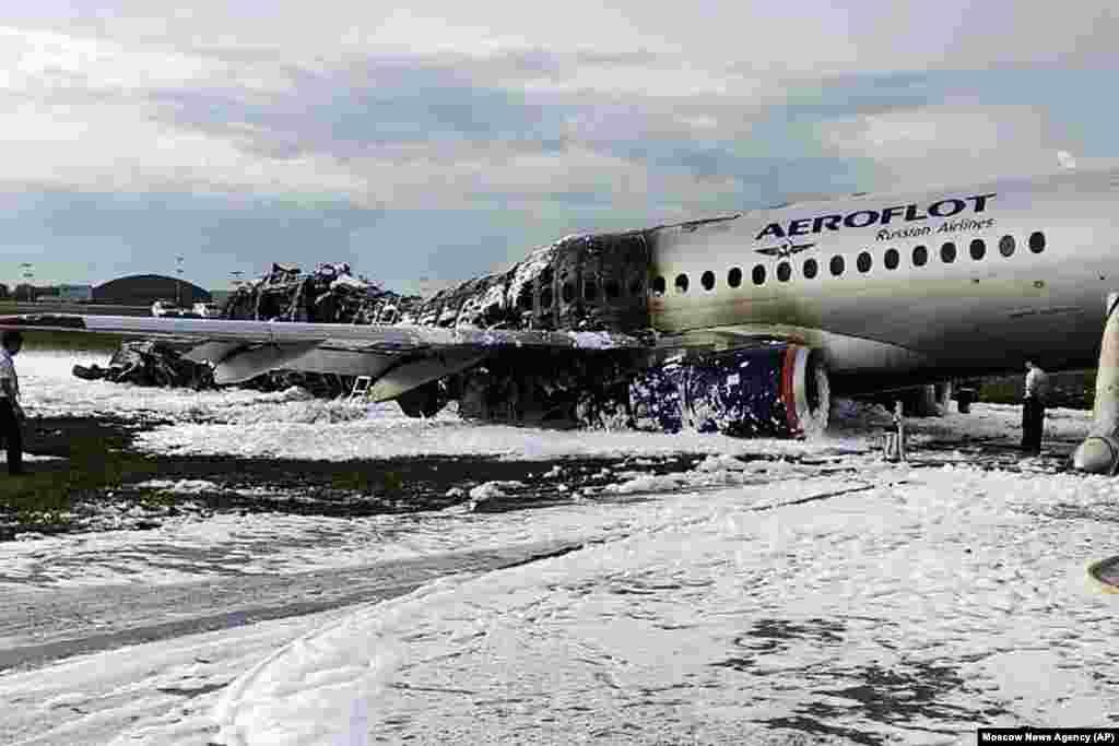 Consecinţele tragediei din 5 mai de pe Aeroportul Şeremetievo din Moscova. Echipajul a pornit alarma şi a cerut aterizare de urgenţă la scurt timp după decolare.