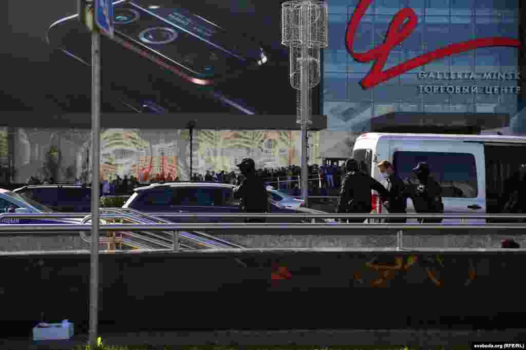 Затрыманьні працягваюцца ля гандлёвага цэнтру насупраць Палаца спорту