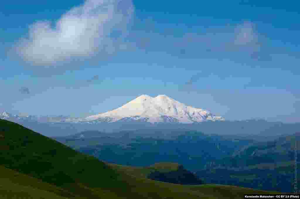 Стереть с лица земли горные вершины глобальному потеплению не под силу, однако оно может существенно изменить их: снежные шапки горных вершин тают и могут полностью исчезнуть.Килиманджаро, самая высокая гора Африки, потеряла 85% ледовой поверхности за сто лет, остаток снежной вершины может исчезнуть до 2020 года,сообщает отчет NASA. На Эльбрусе, самой высокой горной вершине России, за последние 50 лет масса ледников уменьшилась на 40%, таять они стали быстрее.Альпы теряют около 3% ледников каждый год. Эксперты считают, что альпийские снега могутполностью исчезнуть к 2050 году, пишет TIME