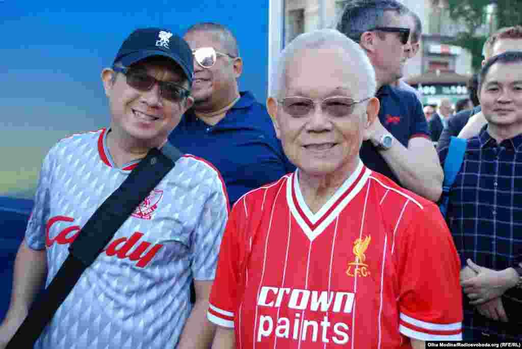 Це містер Цсі.Йому 84 роки. Але він не уявляє, як можна пропустити фінал Ліги чемпіонів, де грає рідний клуб.