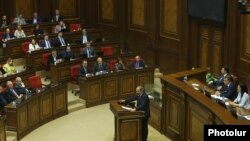 Nikol Pashinian parlamentdə çıxış edir