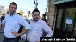 Алексей Навальный (слева) и Леонид Волков (справа) в Костроме, сентябрь 2015 года