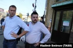 Вместо арестованного Андрея Пивоварова избирательный штаб Демократической коалиции в Костроме возглавил соратник оппозиционера Алексея Навального Леонид Волков (справа)