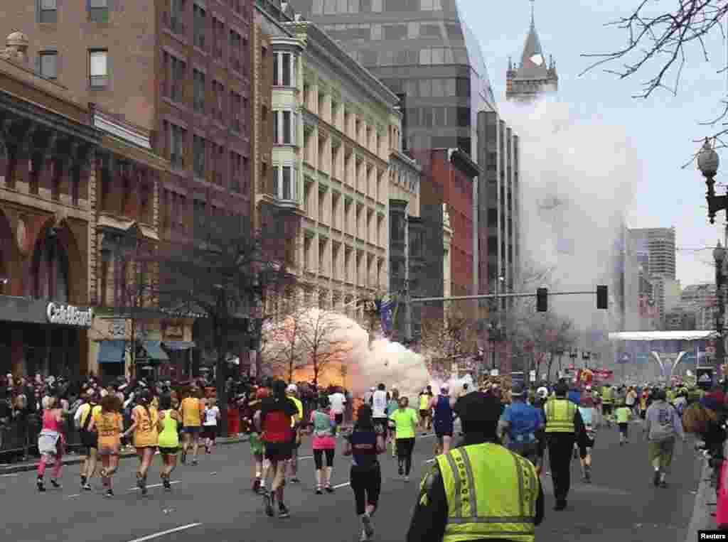Первая бомба взорвалась, когда марафонцы вплотную приблизились к финишной линии.