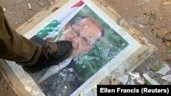 Демонстрант топчет портрет президента Ливана Мишеля Ауна. Бейрут, 8 августа 2020 года.