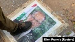 Демонстрант топчет портрет президента Ливана Мишеля Ауна. Акция протеста проходит у здания министерства иностранных дел. Бейрут, 8 августа 2020