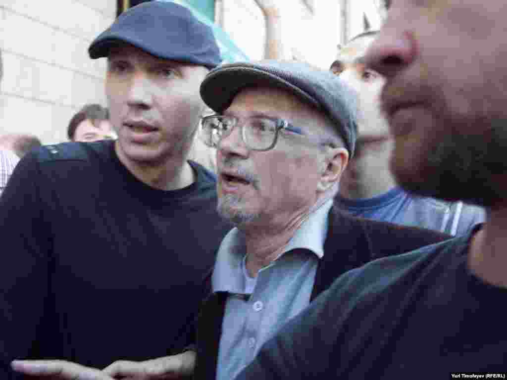 Эдуард Лимонов появился на Триумфальной площади около 18.30