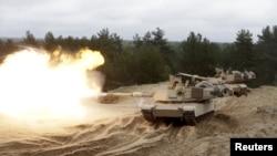 Танкі Abrams падчас вучэньняў на базе ў Адажы