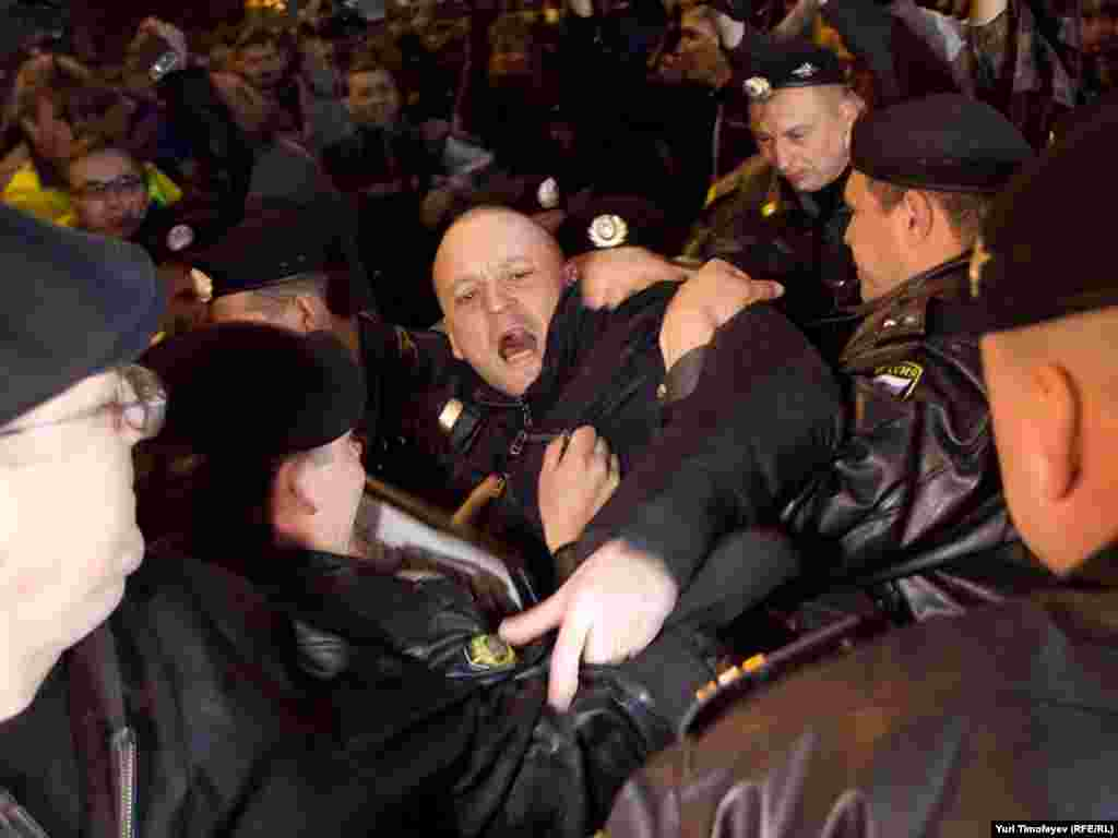 ... а от передати «Накази москвичів кандидатам на посаду мера Москви» координатор руху «Лівий фронт» вже не встиг.