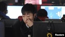 Интернет клубта отырған адам. Қытай, 16 наурыз 2012 жыл.