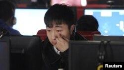 Интернет-кафеде отырған адам. Қытай, 16 наурыз 2012 жыл. (Көрнекі сурет)